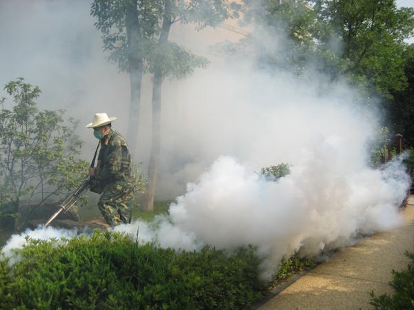 绿化员喷洒农药